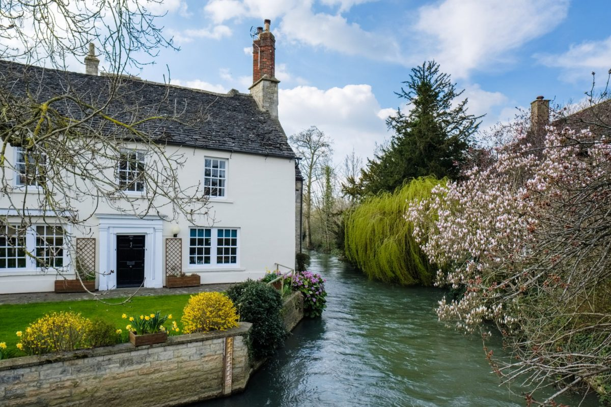 Picturesque Cottage beside the River Windrush in Witney UK
