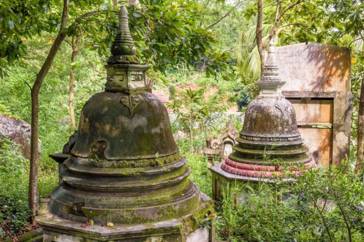 Sri Lanka Tangalle Mulkirigala Raja Maha Vihara rock temple