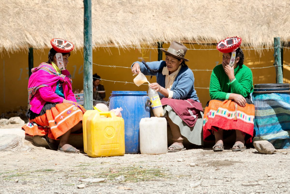 Women selling chicha peru